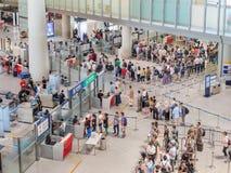 Veiligheidscontrole bij de Hoofd Internationale Luchthaven van Peking stock foto's