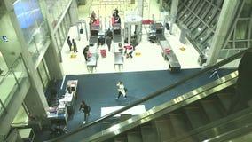 Veiligheidscontrolegebied bij Suvanaphumi-Luchthaven stock videobeelden