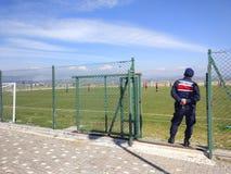 Veiligheidsdiensten bij een voetbalspel royalty-vrije stock afbeeldingen