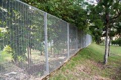 Veiligheidsgrens het schermen bij een woongemeenschap Stock Fotografie