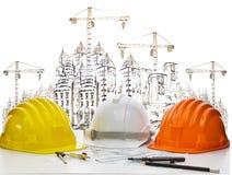Veiligheidshelm op ingenieurs werkende lijst tegen het schetsen van bouwconstructie en de hoge helm van de kraanveiligheid op ing Royalty-vrije Stock Fotografie