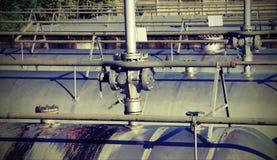 veiligheidsklep over de gigantische tank voor opslag van brandbaar stock fotografie