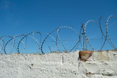 Veiligheidsmaatregel op bakstenen muur die scheermesdraad gebruiken royalty-vrije stock afbeelding