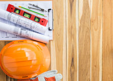 Veiligheidsmateriaal en hulpmiddeluitrusting op houten lijst stock afbeeldingen