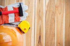 Veiligheidsmateriaal en hulpmiddeluitrusting op houten lijst stock foto