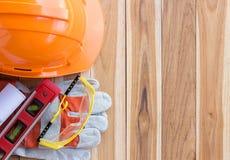 Veiligheidsmateriaal en hulpmiddeluitrusting op houten lijst stock fotografie