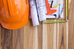 Veiligheidsmateriaal en hulpmiddeluitrusting op houten lijst stock afbeelding