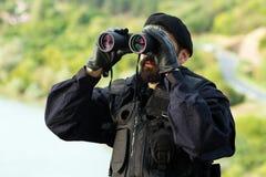 Veiligheidsmens met verrekijkers stock foto