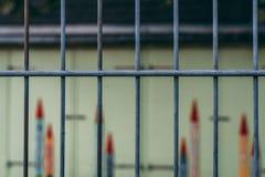 Veiligheidsomheining in kleuterschool met kleurpotloden op de achtergrond royalty-vrije stock foto's