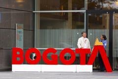 Veiligheidspersoneel die pauze buiten van Bedrijfs Bogota bureau, Colo nemen royalty-vrije stock afbeelding