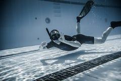 Veiligheidspersoneelslid die pret Onderwater tussen twee Performanc hebben Royalty-vrije Stock Foto