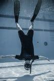 Veiligheidspersoneelslid ondersteboven Onderwater tussen twee Performan Royalty-vrije Stock Foto's