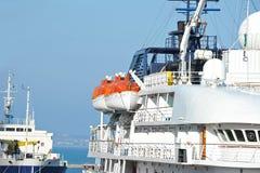 Veiligheidsreddingsboot op schipdek stock afbeelding