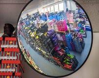 Veiligheidsspiegel in de winkel royalty-vrije stock afbeeldingen