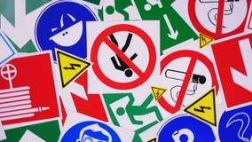 Veiligheidstekens en symbolen stock videobeelden