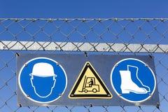 Veiligheidstekens op een industriële plaats Stock Foto