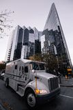 Veiligheidsvrachtwagen in ciry stock foto