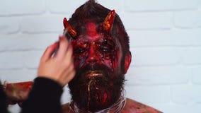 Veille de la toussaint Bel homme avec le maquillage lumineux de Halloween Maquillage de Halloween Portrait de jeune homme avec Ha clips vidéos