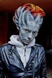 Veille de la toussaint Dragon de femme d'imagination sur la rue Photo stock