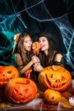 Veille de la toussaint heureuse Belle mère caucasienne et sa fille dans des costumes de sorcière célébrant Halloween avec Hallowe images libres de droits