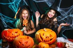 Veille de la toussaint heureuse Belle mère caucasienne et sa fille dans des costumes de sorcière célébrant Halloween avec Hallowe image libre de droits