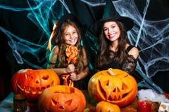 Veille de la toussaint heureuse Belle mère caucasienne et sa fille dans des costumes de sorcière célébrant Halloween avec Hallowe images stock