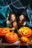 Veille de la toussaint heureuse Belle mère caucasienne et sa fille dans des costumes de sorcière célébrant Halloween avec Hallowe photos stock
