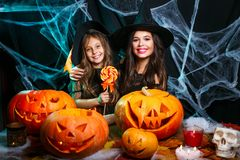 Veille de la toussaint heureuse Belle mère caucasienne et sa fille dans des costumes de sorcière célébrant Halloween avec Hallowe image stock