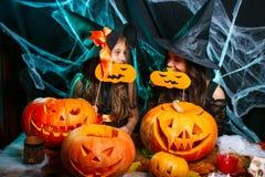 Veille de la toussaint heureuse Mère et sa fille dans des costumes de sorcière ayant l'amusement à la maison photos libres de droits