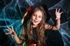 Veille de la toussaint heureuse Peu enfant de sorcière ayant l'amusement au-dessus de la toile d'araignée et avec le fond incurvé photo libre de droits