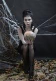 Veille de la toussaint La sorcière derrière la magie photos stock