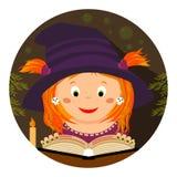 Veille de la toussaint Petite whitch-fille lisant un spellbook Image libre de droits