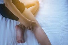 Veines variqueuses sur la jambe ou le pied de la femme, le concept de corps et de soins de santé photos stock