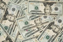 Veinte dólares de cuentas americanos en una tabla Imágenes de archivo libres de regalías