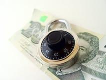 Veinte dólares y candados imagenes de archivo