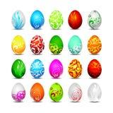 Veinte huevos de Pascua del color en el fondo blanco