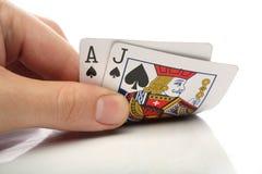 Veintiuna. Mano humana con las tarjetas de la veintiuna Fotografía de archivo