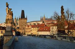 Veiw от Карлова моста к замку Праги и churc St Nicholas Стоковое Изображение
