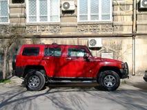 _ _ Veiw av stadsgator Röd bil Arkivfoton