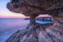 Veiw dalla caverna del mare al crepuscolo su capo Greco vicino a Ayia Napa, Cipro immagini stock libere da diritti
