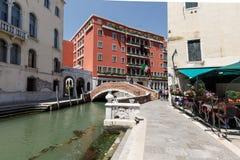 Veiw du pont, du café, et de l'hôtel de 4 étoiles typiques Papadopoli à Venise Photos stock