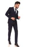 Veiw laterale di un uomo di affari che cammina e che guarda giù Immagini Stock Libere da Diritti