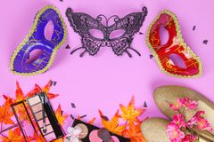 Veiw piano della cima di disposizione degli accessori della preparazione del partito della maschera Cosmeti Fotografia Stock
