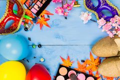 Veiw piano della cima di disposizione degli accessori della preparazione del partito della maschera Cosmeti Fotografie Stock