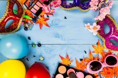 Veiw piano della cima di disposizione degli accessori della preparazione del partito della maschera Cosmeti Immagine Stock
