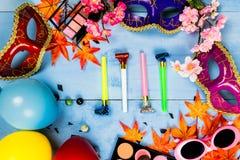 Veiw piano della cima di disposizione degli accessori della preparazione del partito della maschera Cosmeti Fotografie Stock Libere da Diritti