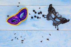 Veiw piano della cima di disposizione degli accessori della preparazione del partito della maschera Cosmeti Fotografia Stock Libera da Diritti