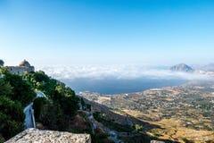 Veiwen från Erice som ser Golfo Castellammare, Sicilien arkivbilder