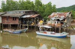 Veja à vila do ` s dos pescadores com as casas do pernas de pau e os barcos de pesca residenciais em Koh Chang, Tailândia imagens de stock royalty free