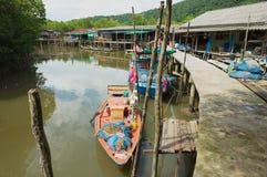 Veja à vila do ` s dos pescadores com as casas do pernas de pau e os barcos de pesca residenciais em Koh Chang, Tailândia foto de stock royalty free
